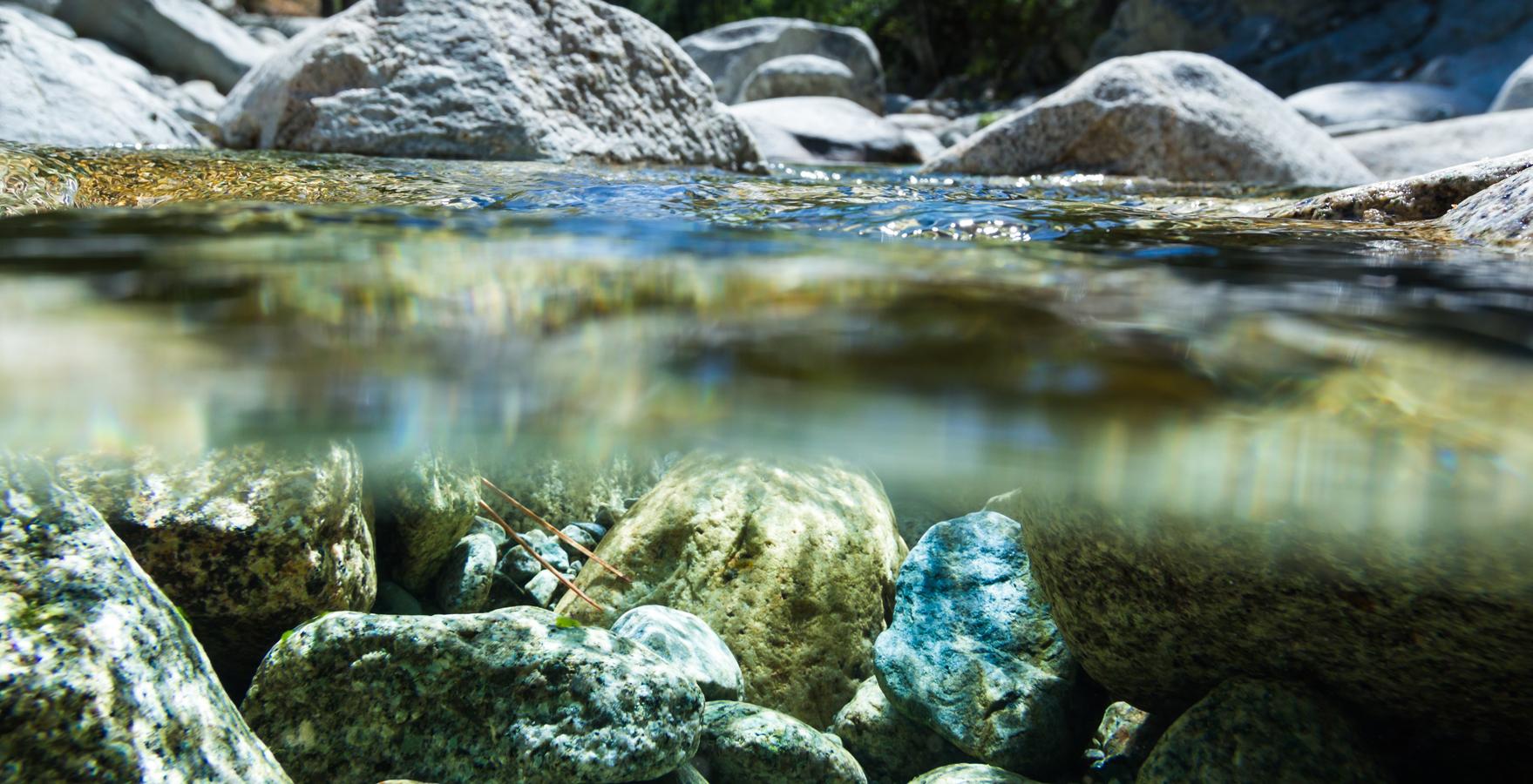 Bach mit Wasser und Steine